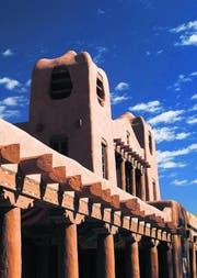 Museum für indianische Kunst und Kultur in typischer Architektur, die in den Dörfern entstanden ist. (Bild: Douglas Merriam)