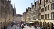 Herzstück Münsters ist der Prinzipalmarkt: Dank den Arkaden kann man stets trockenen Fusses shoppen – oder mit spitzen Absätzen dem Kopfsteinpflaster ausweichen. (Bild: www.air-klick.de)