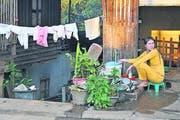 Der Abwasch vor der Tür: Haushalt in einer laotischen Kleinstadt. (Bild: Oskar Keller)
