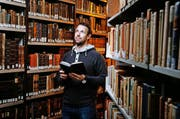 Bücher faszinieren ihn: Emanuel Peter im Depot der Stadt- und Kantonsbibliothek in Zug. (Bild Stefan Kaiser)