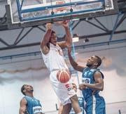 Eric Thompson (weisses Dress) erzielt für Swiss Central Basket gegen den Leader und Rekordmeister Fribourg Olympic 16 Punkte. (Bild: Pius Amrein (Luzern, 10. Februar 2018))