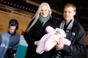 EVZ-Goalie Jussi Markkanen mit seiner Frau Sanna, Töchterchen Nelli und Sohn Juho im Hertistadion. (Bild Stefan Kaiser/Neue ZZ)