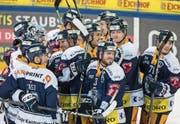 Lachende Gesichter: Die Zuger feiern den hart erkämpften Sieg. (Bild: Alexandra Wey/Keystone (Zug, 28. November 2017))
