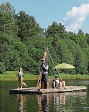 Die Familie lässt sich den Fluss Klarälven hinuntertreiben.