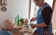 Pflege und Hilfe zu Hause: Die Spitex in der Stadt St. Gallen wird in den kommenden Jahren neu organisiert. (Bild: KEY/Gaetan Bally)