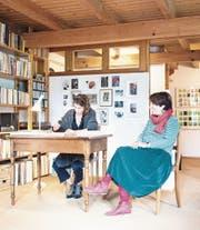 Kunst gehört zum Leben: Judith und Silvia Peters in der Stube des Elternhauses. (Bild: Thi My Lien Nguyen)