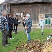 Helena Städler führt mit der Mistgabel in der Hand in die hohe Kunst des richtigen Kompostierens ein. (Bild: Trudi Krieg)