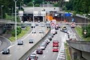 Die Stadtautobahn ist oft überlastet - bringt eine dritte Rosenberg-Tunnelröhre Entlastung? (Bild: Urs Bucher)