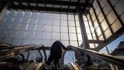 Die neue Ankunftshalle besteht aus insgesamt 428 Glasscheiben und rund 260 Tonnen Stahl. In den kommenden Wochen wird noch ein Bildschirm für Abfahrtszeiten und -orte der Busse montiert. (Bilder: Michel Canonica)