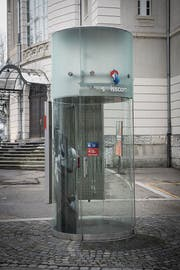 Die modernste Telefonkabine in St.Gallen: Zwischen Stadttheater und Tonhalle (Bild: Ralph Ribi)
