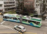Ein «Swisstrolley plus» der Verkehrsbetriebe Zürich auf Testfahrt in der Innenstadt von St. Gallen. (Bild: Hanspeter Schiess)