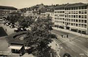 Der Marktplatz mit der Marktrondelle und dem neuen ständigen Markt (die grünen Hüttlein stehen heute noch!) Ende der 1950er-Jahre. (Bild: Stadtarchiv der Ortsbürgergemeinde SG/Sammlung Foto Gross)