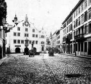 Das alte Rathaus kurz vor seinem Abbruch 1877. Man beachte die Pflästerung und das Pferdefuhrwerk. (Bild: Stadtarchiv der Ortsbürgergemeinde SG)