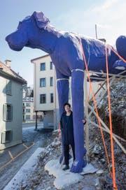 Anita Zimmerman mit ihrer blauen Styroporskulptur «Hock». (Bild: Benjamin Manser)