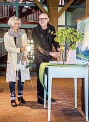 Astrid Keller und Leopold Huber vor dem Bühnenmodell zum Sommerstück am See. (Bild: Reto Martin)