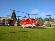 Mit diesem Helikopter wird die Tanne zum Klosterplatz geflogen. (Bild: Adrian Lemmenmeier)