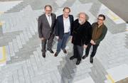 Unternehmer Hermann Hess, Urs Bleuer (Migros), Künstler Daniel Schlaepfer und Architekt Renaud Pidoux auf dem Muster. (Bild: Donato Caspari)