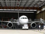 Der Mittelstreckenfliegers von Airbus A320neo wartet auf seine Triebwerke. Wegen Verzögerungen bei den Triebwerkszulieferern geriet die Auslieferung der Flugzeuge im ersten Quartal ins Stocken. (Bild: KEYSTONE/EPA/CAROLINE BLUMBERG)