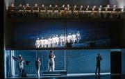 «Annas Maske»: Die Handlung spielt auf drei Ebenen, welche das Bühnenbild unterstreicht. Die Übergänge zwischen den Ebenen machen den grossen Reiz der Inszenierung aus. Oben der das Drama beobachtende Chor des Theaters St. Gallen. (Bild: PD/Theater St. Gallen)