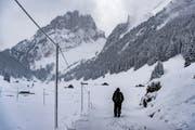 Ein Wanderer unterwegs vom Sämtisersee in Richtung Fälensee: Einige Kantonsräte wollen nicht 630'000 Franken für den Bereich «Wandern» ausgeben. (Bild: Benjamin Manser/Archiv)