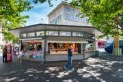 """Der Marktplatz heute: Die Marktrondelle mit Kiosk und Bäckerei-""""Filiale"""" im Sommer 2016. (Bild: Urs Bucher)"""