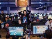 Hochspannung am Bildschirm: Die Gamer unterstützen sich an der LAN-Party auch gegenseitig. (Bilder: Urs Bucher)