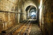 Der Tunnel der Mühleggbahn ist sanierungsbedürftig. Ein Problem sind vor allem die Wassereinbrüche, die das Mauerwerk in Mitleidenschaft ziehen. Blick aus dem Tunnel Richtung Bergstation. (Bild: Verkehrsbetriebe Stadt St.Gallen - 26. September 2017)
