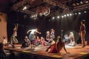 Die Kompanie Rotes Velo feiert Geburtstag in der Grabenhalle – mit Performern im Alter zwischen 4 und 80 Jahren. (Bild: Hanspeter Schiess)