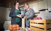 Wegen ihrer Krankheit muss Sofije Zogi einhändig Kartoffeln schälen. Ihre Tochter Egzona hilft ihr dabei. (Bild: Andrea Stalder)