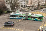 Der neuartige Hybrid-Trolleybus bezieht den Fahrstrom entweder über die Oberleitung oder über eingebaute Batterien. Eines dieser Fahrzeuge ist derzeit auf Testfahrt in St.Gallen - im Bild auf der Verzweigung Oberer Graben/Poststrasse. (Bild: Hanspeter Schiess)