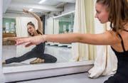 Nadine Brendle beim Ballettunterricht in der Theatertanzschule an der Notkerstrasse (Bild: Jil Lohse)