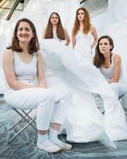 Vier Frauen in Weiss (v. l.): Marion Täschler, Elea Rohner, Katherine Newton, Katia Rudnicki in der Shedhalle Frauenfeld. (Bild: Andrea Stalder)