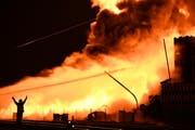 Kampf gegen das Inferno auf dem Tobi-Areal beim Egnacher Bahnhof. (Bild: Manuel Nagel)