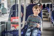 Der sechsjährige Lino auf seinem Lieblingsplatz zuvorderst im St.Galler Stadtbus. (Bild: Daniel Ammann/PD)