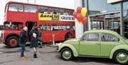 Nebst all den Neuheiten sind auch die beiden Oldtimer – der Doppeldecker aus London und der Käfer – bei den zahlreichen Besuchern des Autolive sehr beliebt. (Bild: Manuel Nagel)