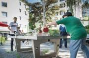 Berührungsängste gegenüber Randständigen abbauen: Die Stiftung Suchthilfe lud zum Pingpong auf den Spielplatz im Linsebühl. (Bild: Jil Lohse)