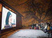 Vorpremiere beim Kloster Notkersegg: Trotz Minus-Temperaturen kamen am Mittwoch zahlreiche Gäste ins Open-Air-Kino. (Bild: Ralph Ribi)