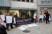 Tierrechtsaktivisten werben vor dem ersten vegangen Laden St.Gallens für ein Leben ohne tierische Produkte. (Bild: Reto Voneschen)