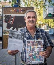Peter Uhler mit seinem neuen Jahreskalender auf dem Plakatweg der Olma. (Bild: Hanspeter Schiess)