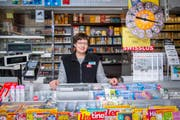 Klara Krüsi arbeitet heute zum letzten Mal in «ihrem» Kiosk bei der Mühlegg-Bergstation in St. Georgen. (Bild: Urs Bucher)