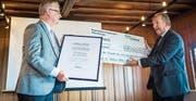 Vereinspräsident Bernhard Koch und Stadtpräsident Martin Salvisberg als Vertreter der Regionalplanungsgruppe Oberthurgau bei der Übergabe. (Bild: Reto Martin)