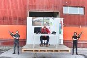 Die St.Galler Konzeptkünstler Frank und Patrik Riklin sin mit einem zersägten Büro auf Tour.