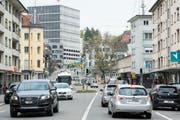 Verkehrsfluss und Strassenbreite haben im Zentrum des Lachen-Quartiers eine grosse Trennwirkung. Mindestens optisch will die Stadt mit einem Neugestaltungsprojekt jetzt Abhilfe schaffen. (Bild: Hanspeter Schiess - 29. April 2014)