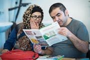 Zwei Kursteilnehmer lesen gemeinsam im «Gaiserwalder Blatt». (Bild: Ralph Ribi)