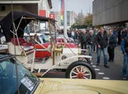Auf dem Olma-Gelände parkieren jeweils die Oldtimer-Besitzer und präsentieren so ihre Autos. (Bild: Samuel Schalch (30. Oktober 2016))
