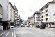 Das Zentrum des Lachen-Quartiers in St.Gallen am Montagnachmittag. Die Zürcher Strasse hat optisch und vom Verkehrsaufkommen in Stosszeiten her eine stark trennende Wirkung. Der Quartierverein wünscht sich daher seit Jahren eine durchlässigere Gestaltung. Ein erster Anlauf dafür stürzte 2006 an der Abstimmungsurne ab. (Bild: Sabrina Stübi)