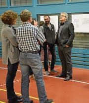 Die Stimmbürger der VSG Nollen informieren sich in der Turnhalle über die Sanierung der Primarschulanlage Buchzelg. (Bild: Monika Wick)