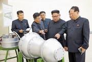 Das Propagandabild zeigt Machthaber Kim Jong Un (Mitte), aufgenommen an einem unbekannten Ort in Nordkorea. (Bild: Korean Central News Agency via AP (3. September 2017))