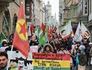 Die Demonstranten zogen mit Fahnen und Plakaten durch die St. Galler Innenstadt. (Bild: Matthias Fässler)