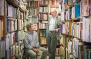 Literarische Fundgrube: Peter Surber (links) und Rainer Stöckli in der 30 000 Bände umfassenden Privatbibliothek von Rainer Stöckli. (Bild: Urs Bucher)